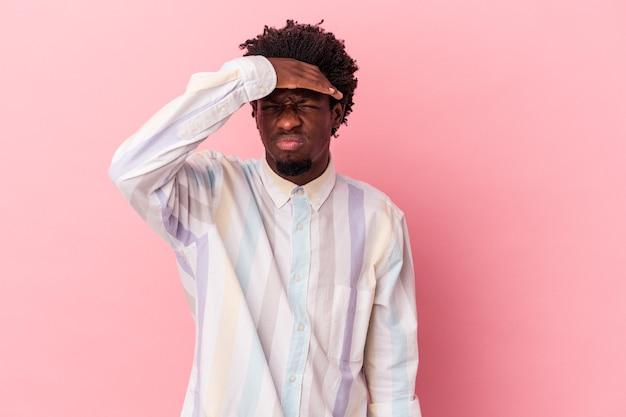 Junger afroamerikanischer mann einzeln auf rosafarbenem hintergrund, der tempel berührt und kopfschmerzen hat.
