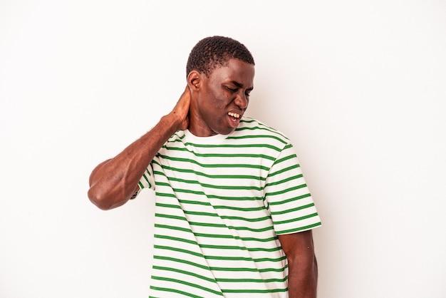 Junger afroamerikanischer mann isoliert auf weißem hintergrund, der nackenschmerzen aufgrund einer sitzenden lebensweise leidet.
