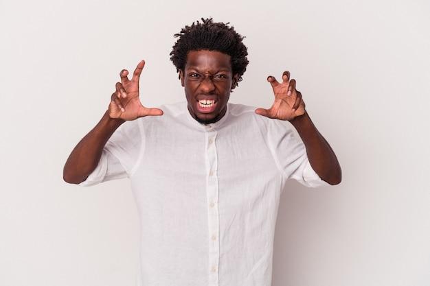 Junger afroamerikanischer mann isoliert auf weißem hintergrund verärgert schreiend mit angespannten händen.