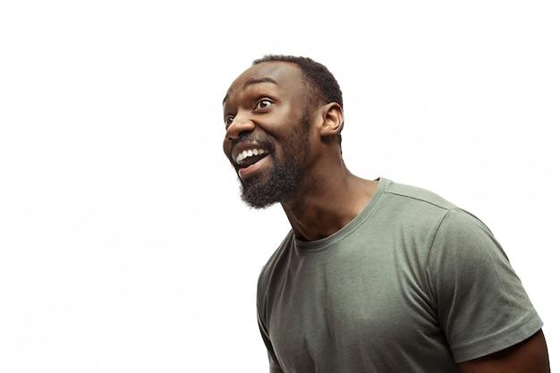Junger afroamerikanischer mann mit lustigen, ungewöhnlichen populären emotionen und gesten lokalisiert auf weiß