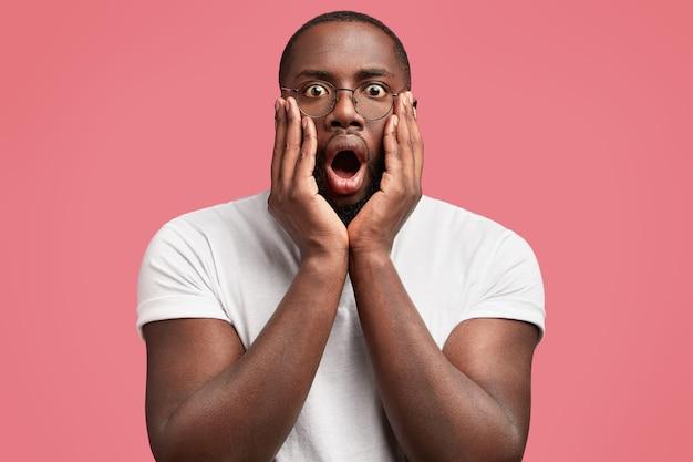 Junger afroamerikanischer mann mit runder brille
