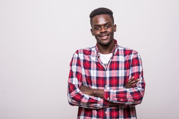 Junger afroamerikanischer mann mit verschränkten armen isoliert