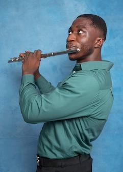 Junger afroamerikanischer musiker, der internationalen jazz-tag feiert
