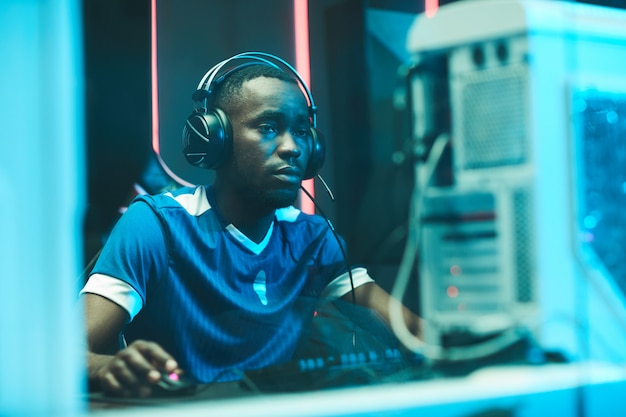 Junger afroamerikanischer spieler, der netzwerkspiel spielt