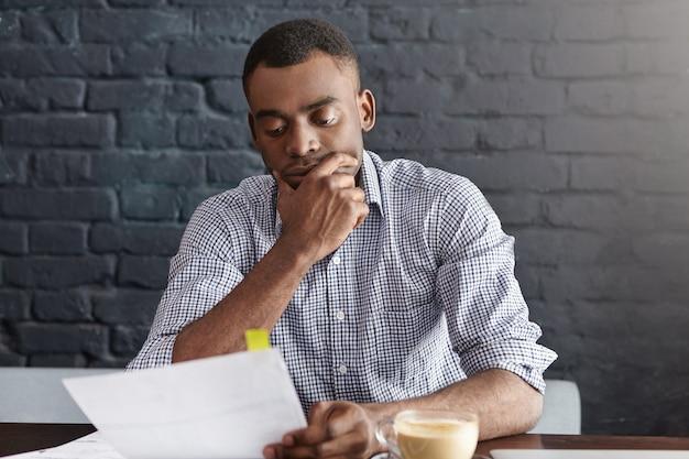 Junger afroamerikanischer unternehmer mit finanziellen problemen