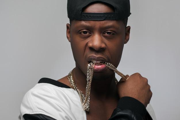 Junger amerikanischer rapper mit halsketten