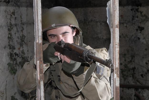 Junger amerikanischer soldat ww2 in den ruinen
