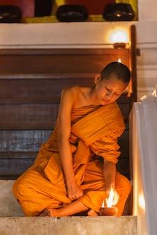 Junger anfängermönch in der provinz ayutthaya