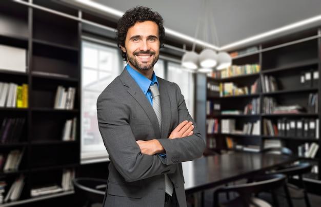 Junger anwalt in seinem atelier
