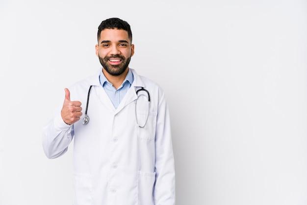 Junger arabischer doktormann, der lächelt und daumen aufhebt