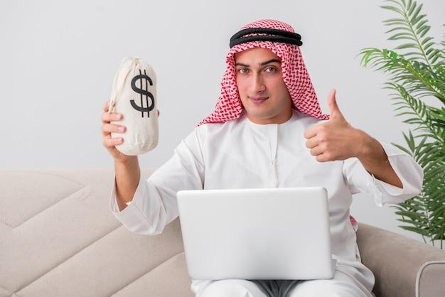 Junger arabischer geschäftsmann im geschäftskonzept