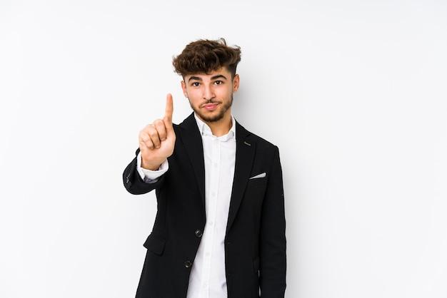 Junger arabischer geschäftsmann isoliert, der nummer eins mit finger zeigt.