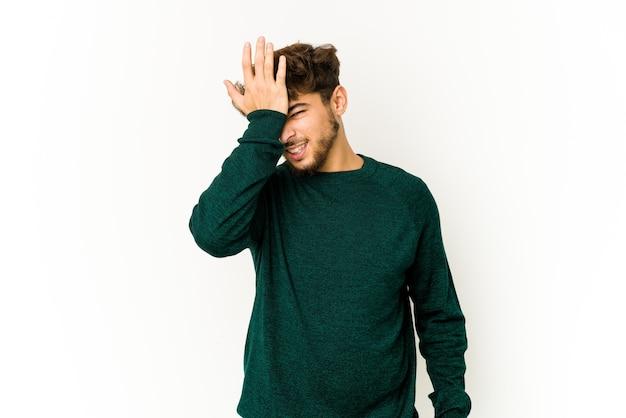 Junger arabischer mann, der gefühle isoliert ausdrückt