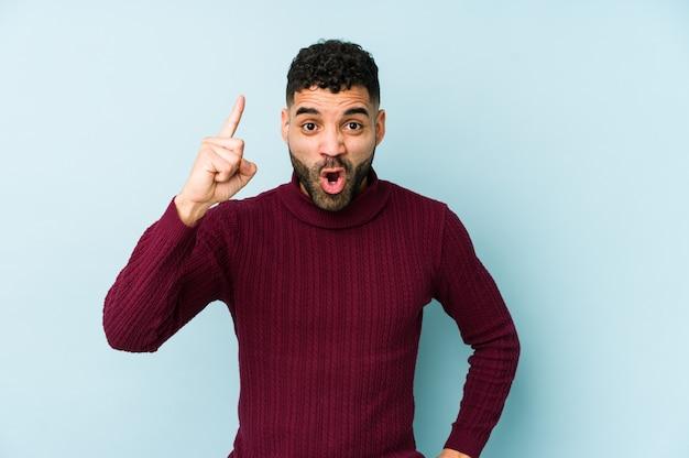 Junger arabischer mann der gemischten rasse, der eine idee hat