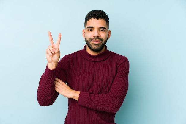 Junger arabischer mann der gemischten rasse isoliert, nummer zwei mit den fingern zeigend.