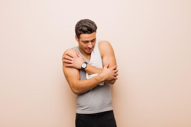 Junger arabischer mann, der sich verliebt fühlt, lächelt, kuschelt und sich umarmt