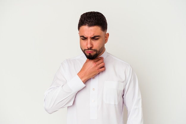 Junger arabischer mann, der typische arabische kleidung trägt, die auf weißem hintergrund isoliert wird, leidet schmerzen im hals aufgrund eines virus oder einer infektion.