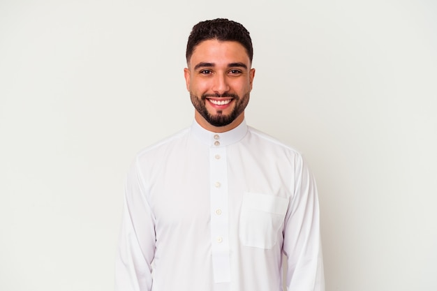 Junger arabischer mann, der typische arabische kleidung trägt, lokalisiert auf weißem hintergrund glücklich, lächelnd und fröhlich.