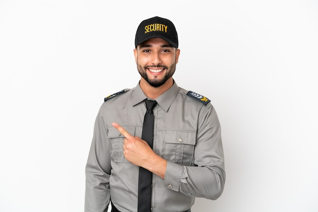 Junger arabischer mann isoliert auf weißem hintergrund, der auf die seite zeigt, um ein produkt zu präsentieren