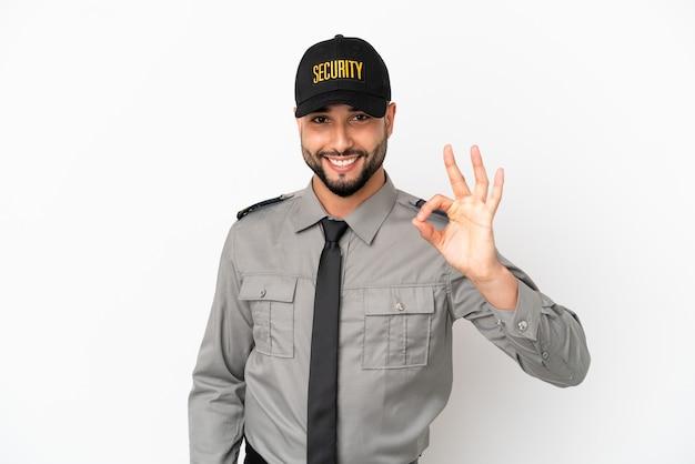 Junger arabischer mann isoliert auf weißem hintergrund, der ein ok-zeichen mit den fingern zeigt
