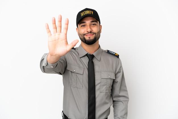 Junger arabischer mann isoliert auf weißem hintergrund, der fünf mit den fingern zählt