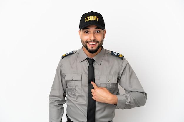 Junger arabischer mann isoliert auf weißem hintergrund mit überraschtem gesichtsausdruck