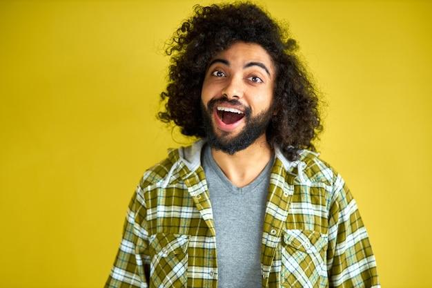Junger arabischer mann ist schockiert, zeigt überraschung und staunenden ausdruck