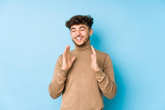 Junger arabischer mann lokalisiertes frohes viel lachen. glück-konzept.