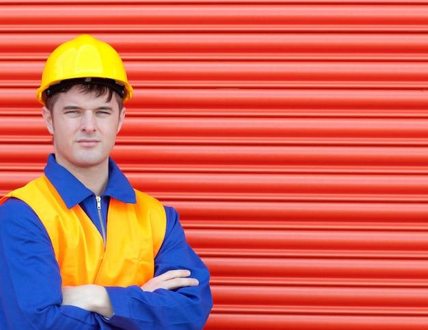 Junger arbeiter, der einen hardhat trägt