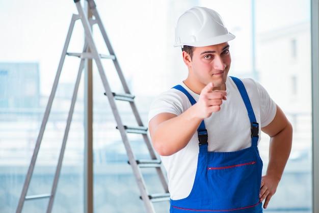 Junger arbeitnehmer mit schutzhelm hardhat