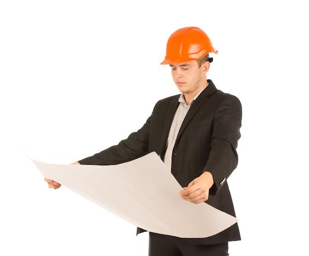Junger architekt, der einen bauplan hält