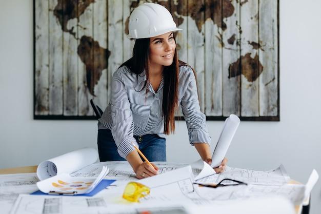 Junger architekt, der im büro an neuem projekt arbeitet