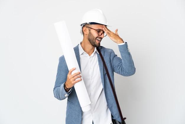 Junger architekt mann mit helm und blaupausen isoliert auf weißem hintergrund hat etwas erkannt und beabsichtigt die lösung