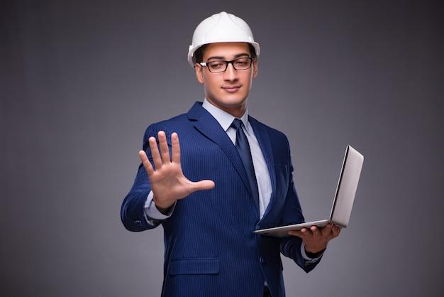 Junger architekt mit laptop