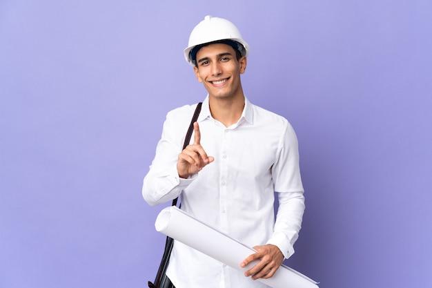 Junger architektenmann lokalisiert auf hintergrund, der einen finger zeigt und hebt