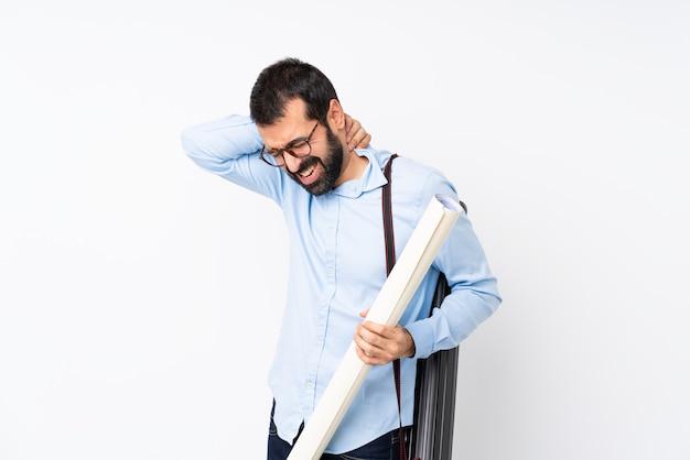 Junger architektenmann mit bart über lokalisiertem weiß mit halsschmerzen