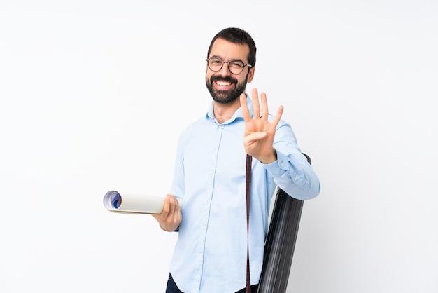 Junger architektenmann mit bart über lokalisierter weißer wand glücklich und vier mit den fingern zählend
