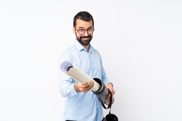 Junger architektenmann mit bart über lokalisierter weißer wand