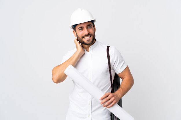 Junger architektenmann mit helm und halteplänen lokalisiert auf weißem lachen
