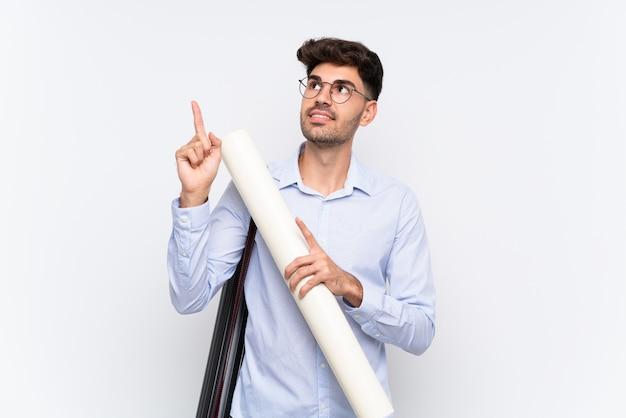 Junger architektenmann über lokalisiertem weißem zeigen mit dem zeigefinger eine großartige idee