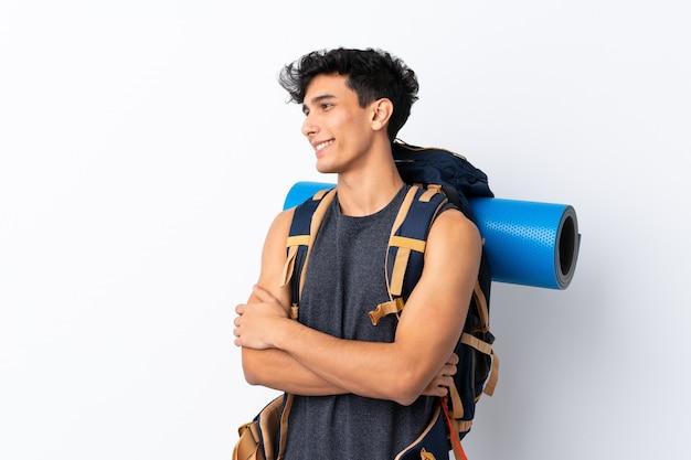 Junger argentinischer wanderermann, der zur seite schaut