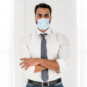 Junger arzt, der eine medizinische maske trägt