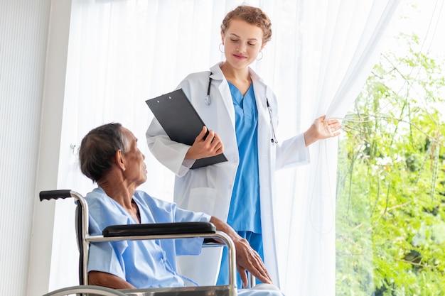 Junger arzt, der mit patient im krankenzimmer bespricht