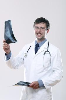 Junger arzt, der röntgenbild betrachtet