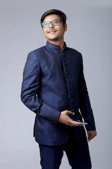 Junger asiatischer geschäftsmann, der am handy spricht