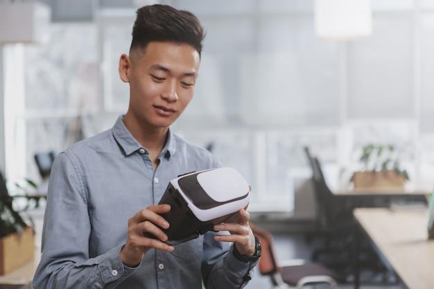 Junger asiatischer geschäftsmann, der im büro arbeitet