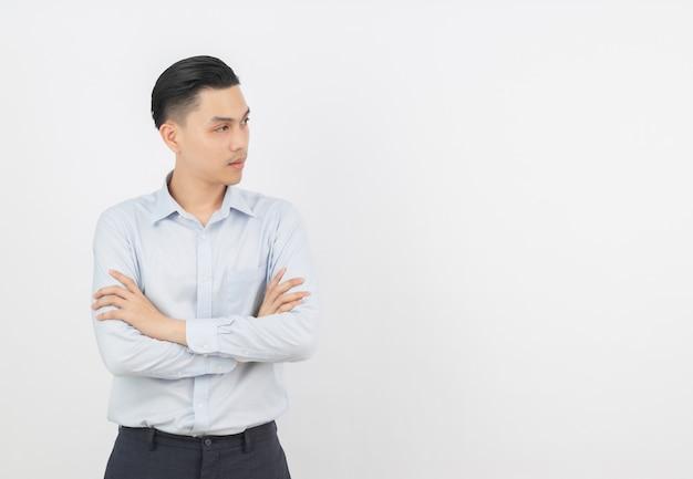 Junger asiatischer geschäftsmann mit blauem hemd