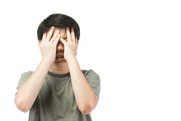 Junger asiatischer junge über weißem hintergrund, seien sie aufgeregt; habe ein schlechtes temperament emotional.