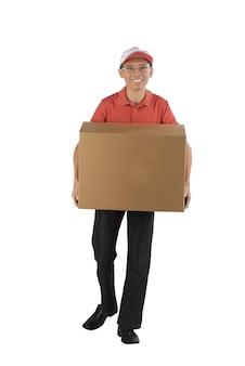 Junger asiatischer kurier, der ein großes paket hält