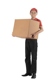 Junger asiatischer lieferbote, der einen großen paketkasten trägt